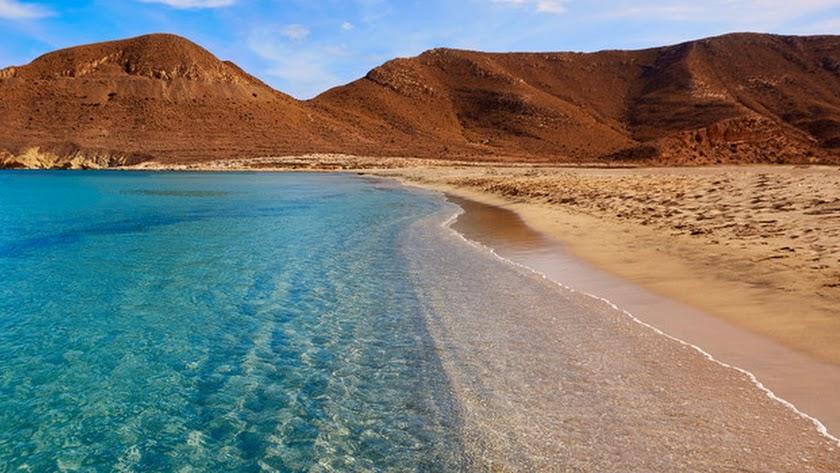 Las playas de Almería se preparan para su posible reapertura a la espera de que el Gobierno defina protocolos.