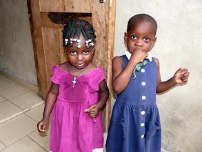 Photo: à gauche Ariké, 3 ans, et sa copine Arlette que nous ne connaissions pas encore, et qui sera  aussitôt parrainée
