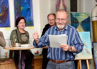 """Photo: AUSSTELLUNG KARIN OSTERTAG & WERNER LIEBHARD - Künstlergruppe """"WOLK"""" Oktober 2015. Verbreitet gute Laune: Harald Porzer. Foto: Barbara Zeininger"""