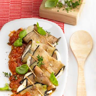 Auberginen-Mozzarella-Röllchen in Tomatensauce