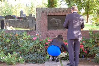 Photo: Juhlavuoden projektipäällikkö Vilja Pylsy ja F. E. Sillanpään Seura ry:n varapuheenjohtaja Panu Rajala asettivat kukat F. E. Sillanpään ja hänen vaimonsa Sigridin haudalle 16.9. jolloin F. E. olisi täyttänyt 125 vuotta.