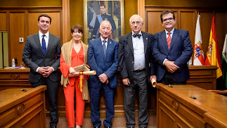 Foto de familia de los homenajeados y representantes de Diputación.