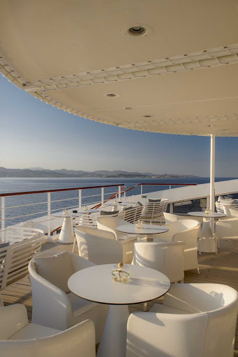 Ponant-al-fresco-dining.jpg - Enjoy refreshing sea and land views during al fresco dining on your Ponant cruise.