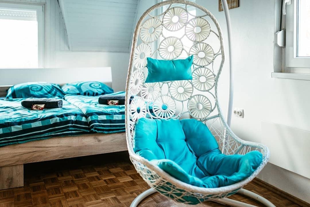 Plava ljuljaška u sobi