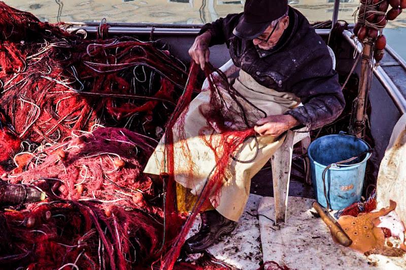 Riparazione delle reti al rientro dalla pesca di GiadaN