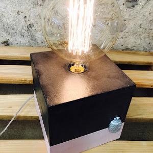 nouveauté, lampe en béton avec détail ananas réalisée à la main par la créatrice d'objets déco en béton et de luminaires en béton Junny