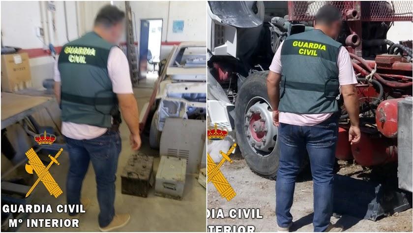 Un agente de la Guardia Civil frente a algunas de las piezas robadas.