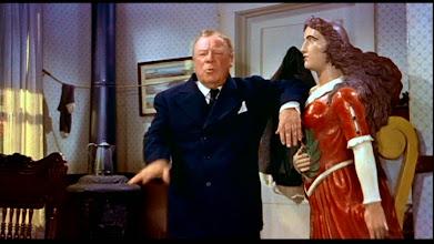 """Photo: Uma das cenas que quase foi censurada em """"O Terceiro Tiro"""": Edmund Gwenn se apóia nos seios da estátua."""