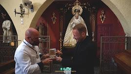 José María entrega al hermano mayor de la Macarena, Adrián Martínez, su medalla de consiliario de la Agrupación