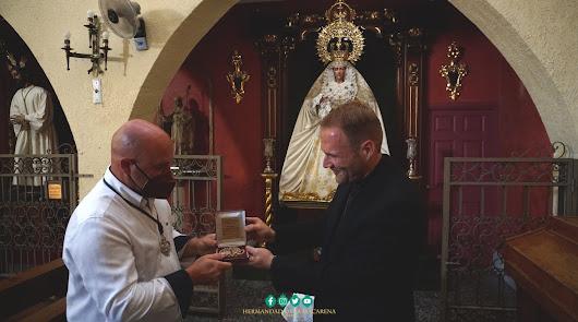 José María Sánchez dona su medalla de consiliario de la Agrupación a la Macarena