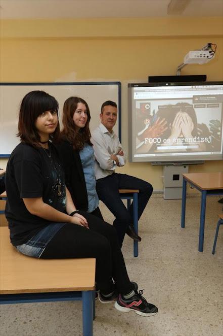 Lucía Escoriza y María del Carmen Gordillo acompañadas de su profesor Francisco Muñoz