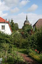 Photo: Blick auf die Dorfkirche St. Katharinen aus dem Garten heraus.