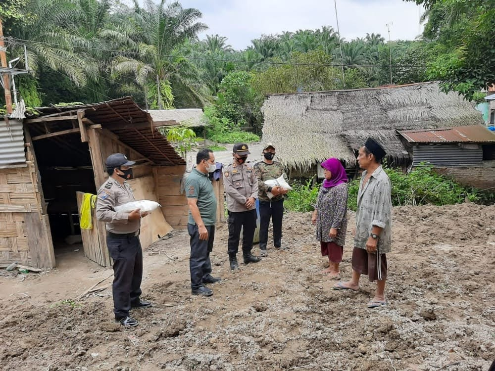 Polsek Kotarih Bantu Sembako Korban Bencana Alam