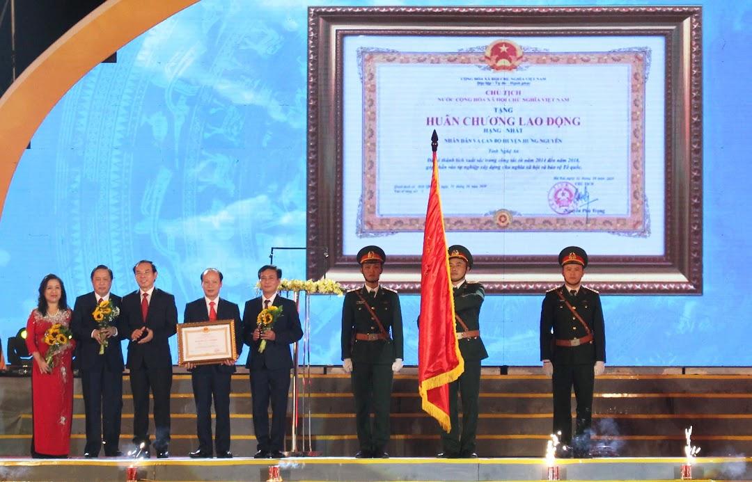 Đồng chí Nguyễn Văn Nên, Bí thư Trung ương Đảng, Chánh Văn phòng Trung ương Đảng trao Huân chương Lao động hạng Nhất cho huyện Hưng Nguyên