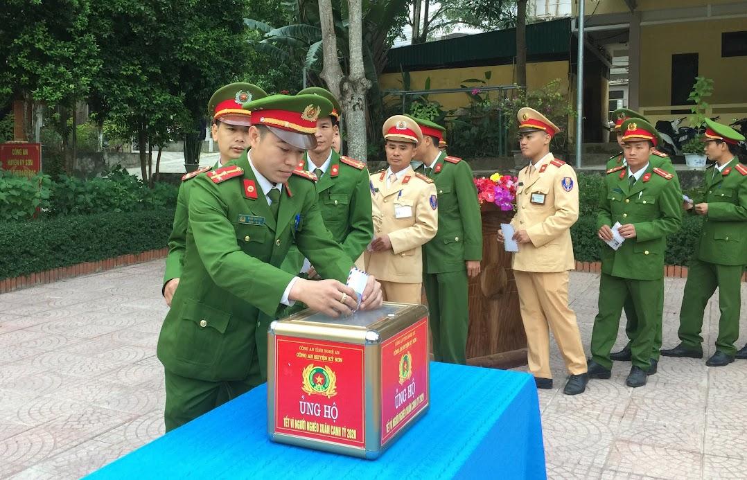 """Cán bộ, chiến sỹ Công an huyện Kỳ Sơn tham gia ủng hộ """"Tết vì người nghèo năm 2020"""""""