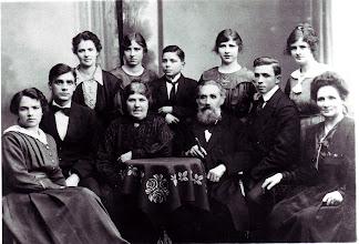 Photo: Lærer Henneberg med familie