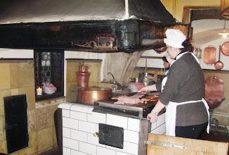 Photo: se středověkou kuchyní (ta dáma je ovšem novověká)