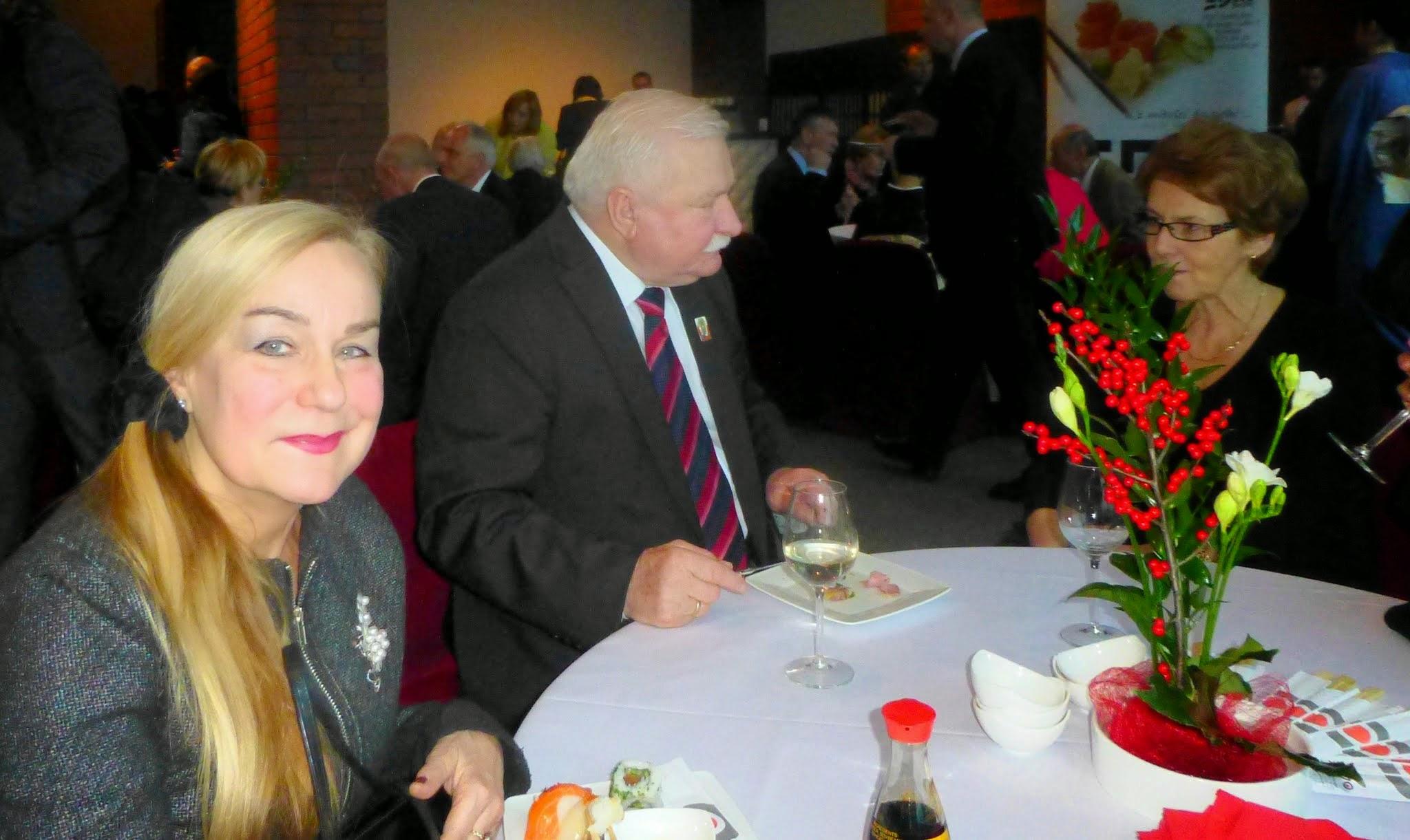Photo: Prezydent Wałęsa z żoną Danutą. Każdy je to, co lubi: Pan Prezydent - polski schabik, ja - japońskie sushi.