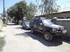 Photo: José před guesthousem a za ním jeden z účastníků Mongol Rally.