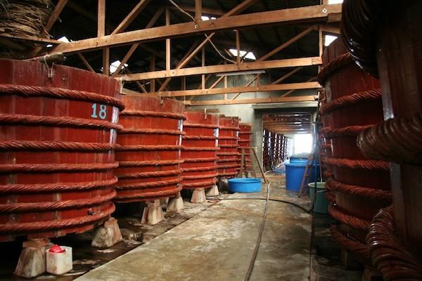 Nước mắm cá cơm nguyên chất được ủ chượp trong thùng gỗ