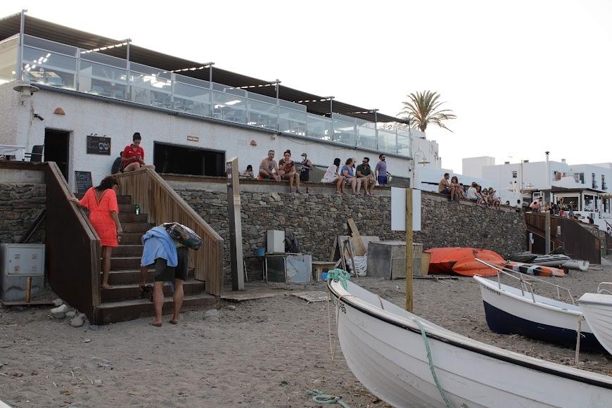 Establecimientos hosteleros a la orilla de la playa de Las Negras.