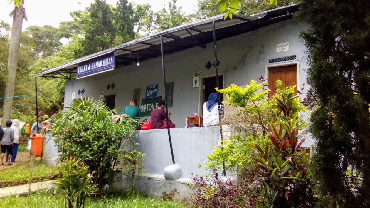 Toilet dan kamar bilas di pemandian air panas alam Sari Ater