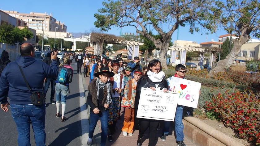 La directora del CEIP Lope de Vega, Celia Rodríguez, con los alumnos en la Plaza España.