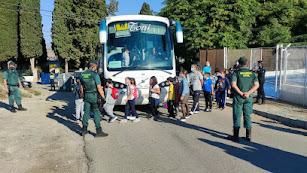 La Guardia Civil evacúa a los niños de un colegio huercalense.