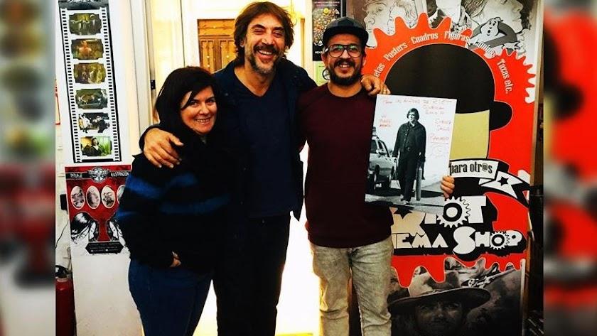 Javier Bardem, junto a Carlos Domínguez y Carmen Murxis, en Riot Cinema Shop. (Foto: FB Riot).