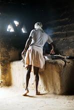 Photo: O fogão a lenha, feito com base em adobe (tijolos crus), marca a forma rústica em que vive a comunidade kalunga.