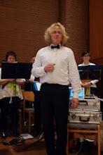 Photo: Der Leiter des Panflötenchores Basel Herr Jörg Frei bei einer Ansage