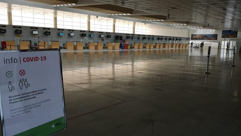 El aeropuerto de El Alquián, prácticamente vacío la mañana de este sábado.