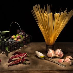 spaghetti aglio olio e peperoncino by Giorgio Baruffi - Food & Drink Ingredients ( olio, aglio, light painting, spaghetti, peperoncino )