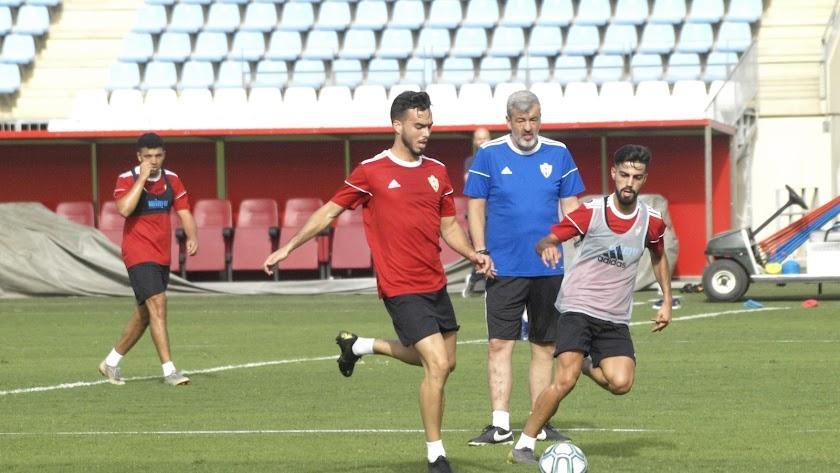 Óscar siguiendo una acción entre Chema y Callejón.