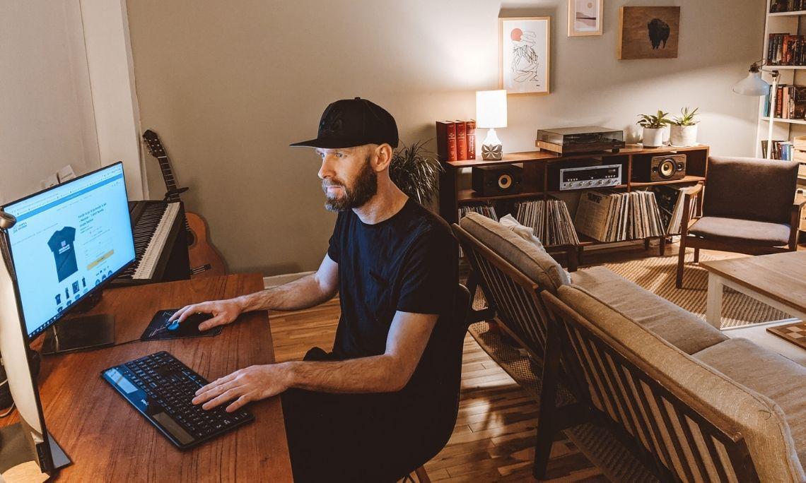 Vincent Aicardi d'Ici&Là à son poste de travail, chez lui | Blog - Printful