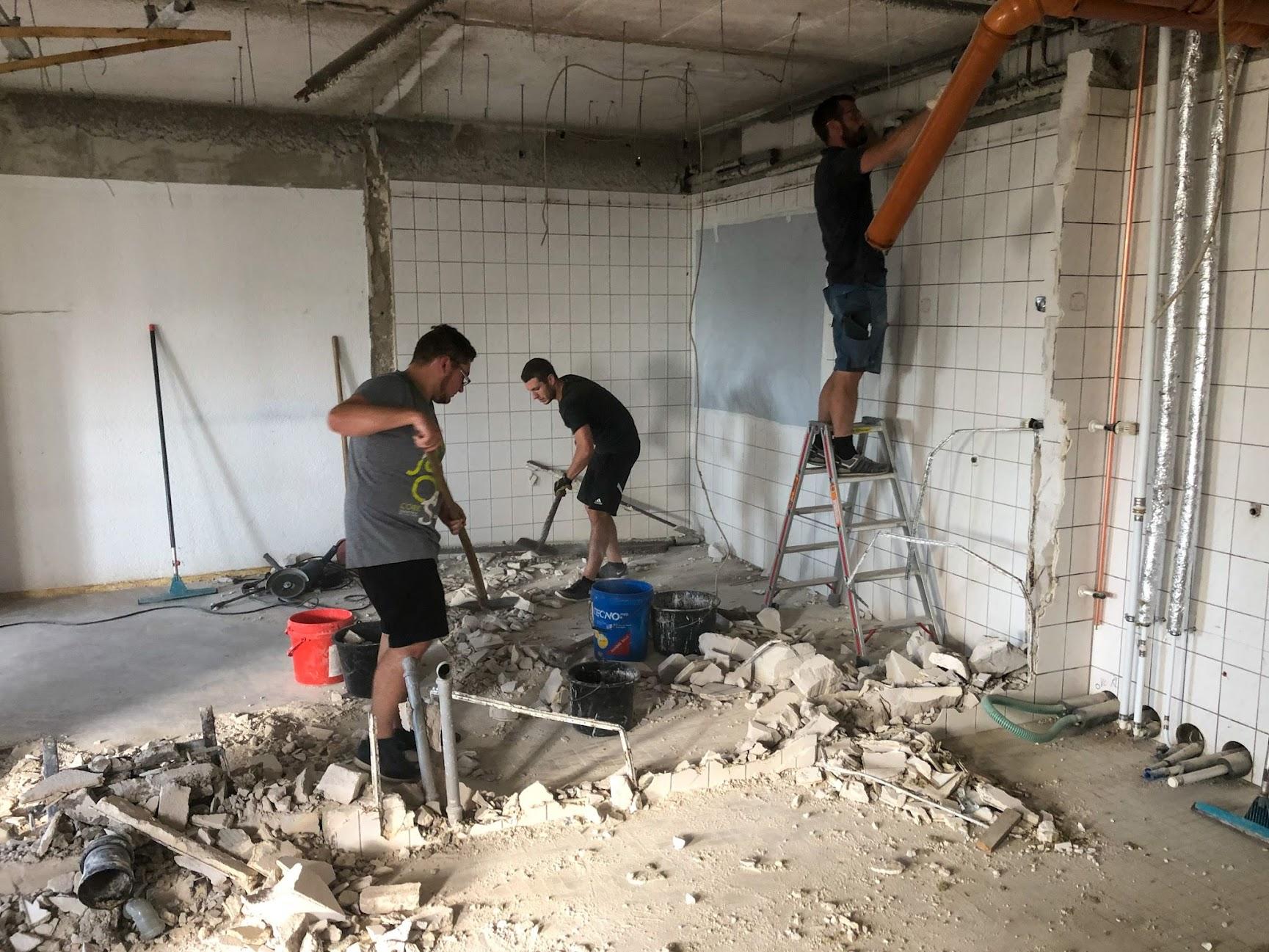 Demontage und Abriss der alten Kabinen & Neubau