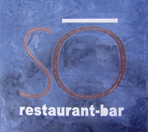 plateau-table-bistrot-avec-incrustation-de-logo-en-beton-cire-cafe-hotellerie-restauration-chr-paris-les-betons-de-clara