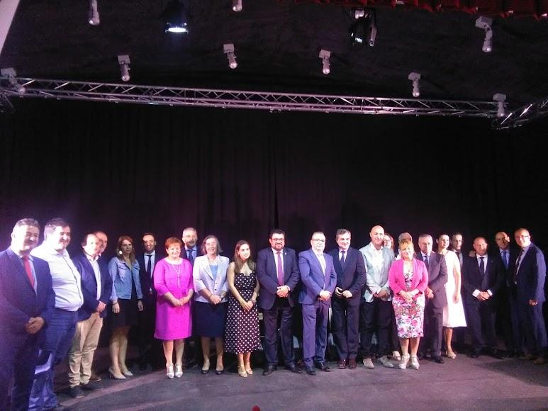 Premiados, representantes institucionales y organizadores de la gala.