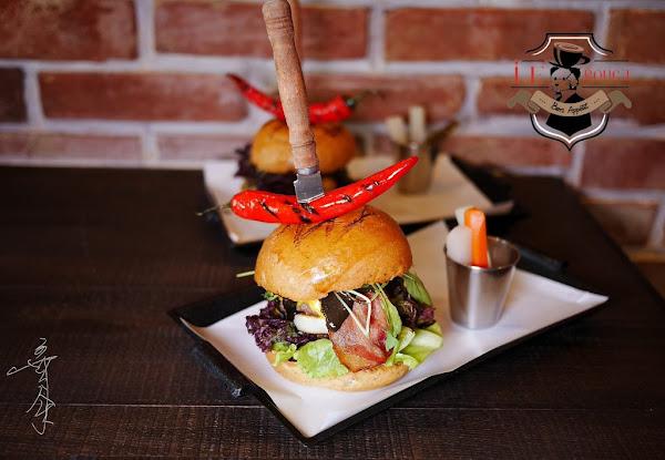 台中南屯 紅盒子LE ROUGE,靠近嶺東商圈的視覺系漢堡店,除了有亮刀的闇黑撒旦漢堡和老菸槍漢堡,接下來還會有什麼?