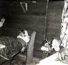 Photo: Dat slaapt heerlijk, als er maar geen muizen komen links Gine Lanjouw, rechts Jannie Schiphouwer