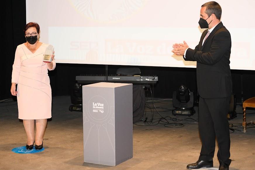 El Premio Gente es para Amalia Martínez, que hizo de la centralita del Ayuntamiento de Gérgal su segundo hogar desde su llegada en 1982.