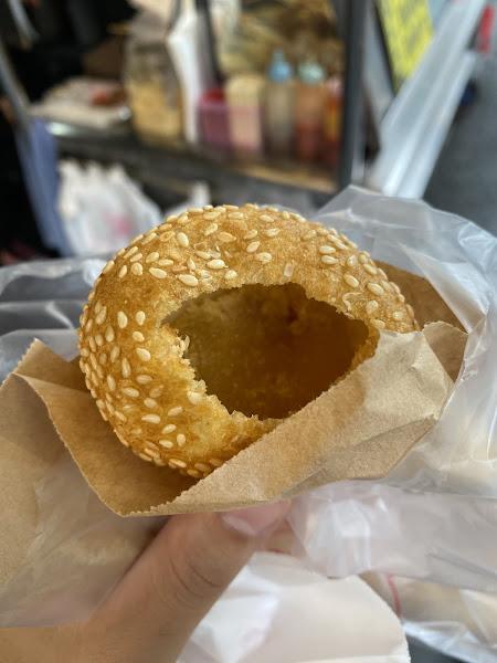 燒馬蛋裡有QQ的麻糬,還有滿滿的芝麻還不錯! 芋頭餅超級好吃,甜甜的口感酥脆,兩樣都不會太油!