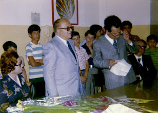 Photo: Nella foto il professore Ciravolo durante la cerimonia di concedo dalla scuola, attorniato dagli alunni e con il preside Caprì