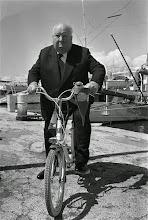 Photo: Hitchcock e sua bicicleta no festival de Cannes, em 1972.