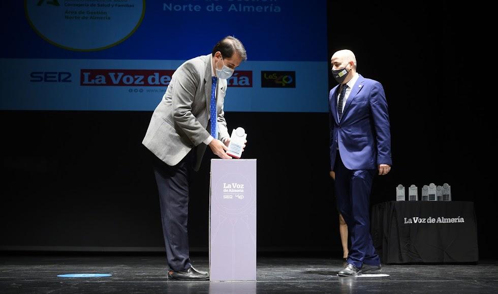 Premio Sociedad para el Área de gestión Norte de Almería. Lo ha recogido su director gerente, José Miguel Medina.