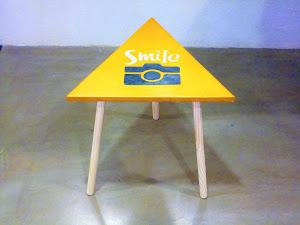 table d'appoint en béton ciré avec logo personnalisable