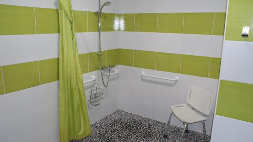 La Grange gîte accessible tous handicaps : douche à l'italienne