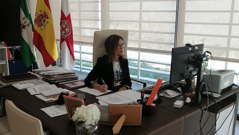 Ana Martínez Labella, concejal de Urbanismo en su despacho