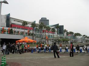 Photo: 左のテントに並んで車種ごとの試乗券をもらう。時間が決まってるので、右の長椅子に座ってる人はあまりいない。#minchizu