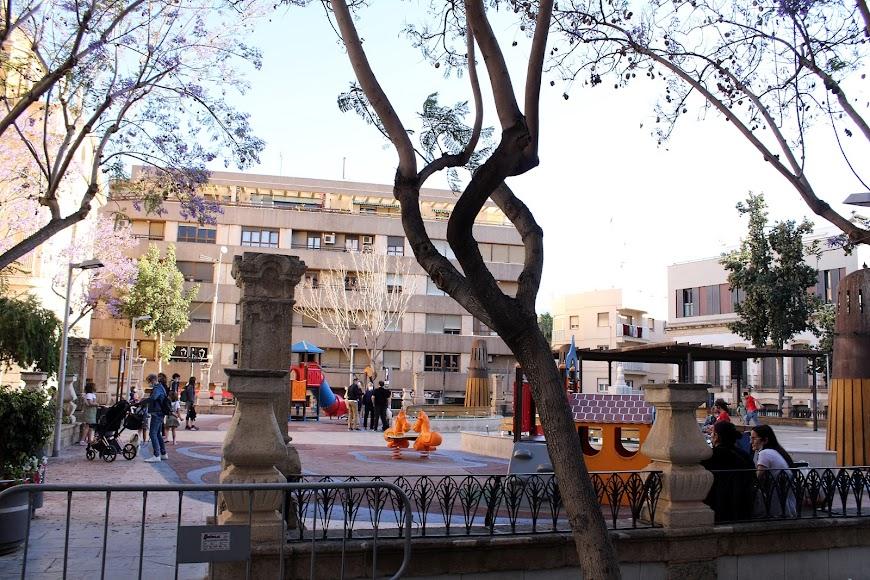 Niños y padres en el Parque Infantil de Plaza de San Pedro.